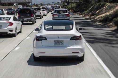 Автопилот Tesla станет умнее. Он научится распознавать сигналы светофоров и дорожные знаки